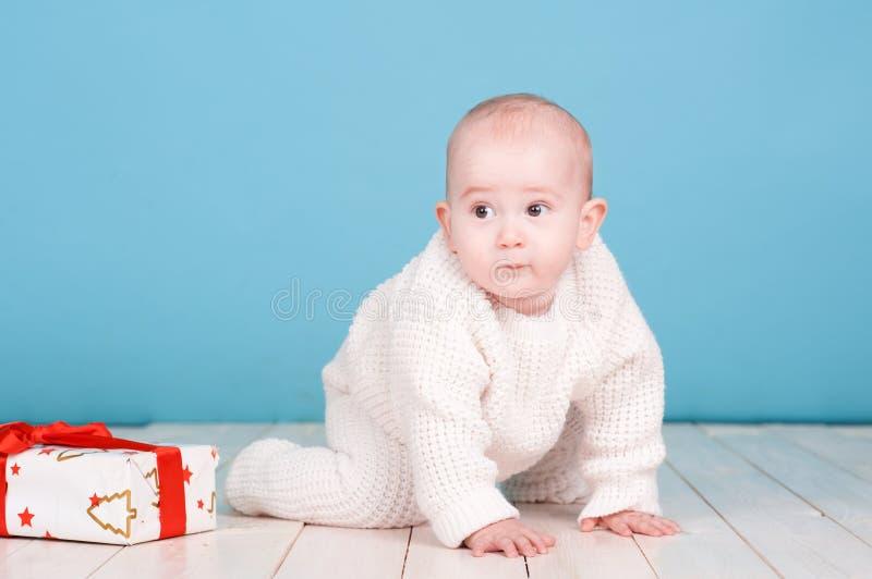 有圣诞节礼物的逗人喜爱的婴孩 免版税库存图片