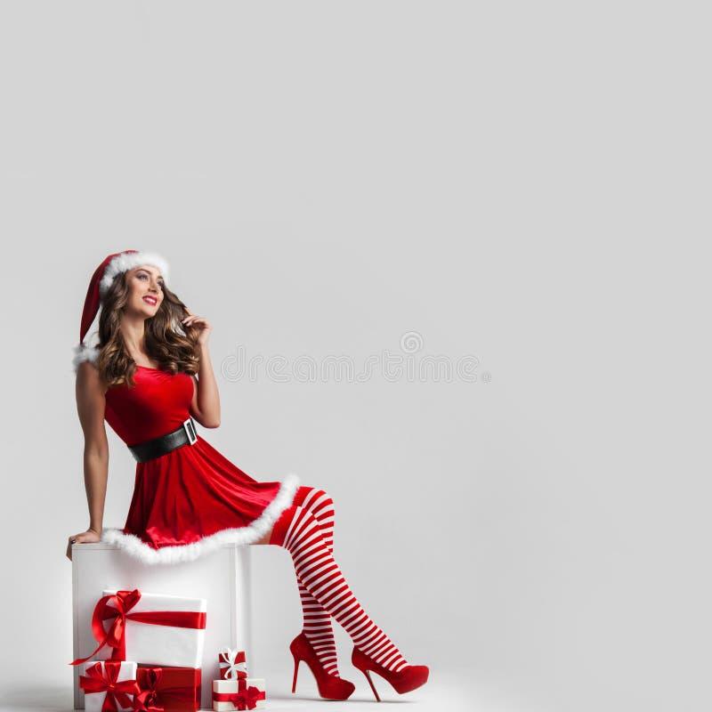 有圣诞节礼物的画报女孩 免版税库存照片
