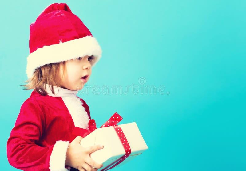 有圣诞节礼物盒的愉快的小孩女孩 免版税库存照片