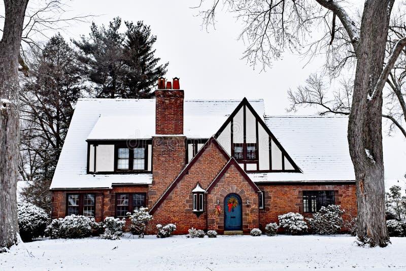 有圣诞节花圈的积雪的托特议院 库存照片