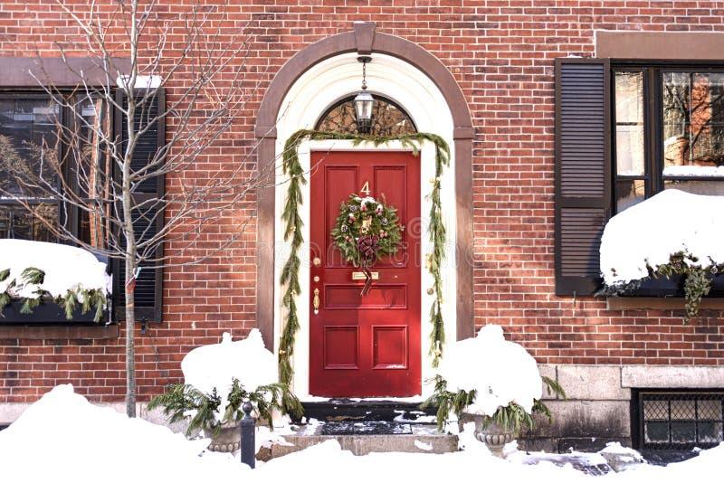 有圣诞节花圈的议院在大门在灯塔山地区 免版税库存图片