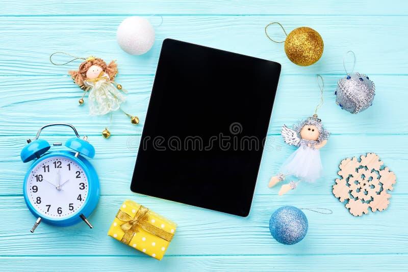 有圣诞节装饰品的计算机片剂 库存照片