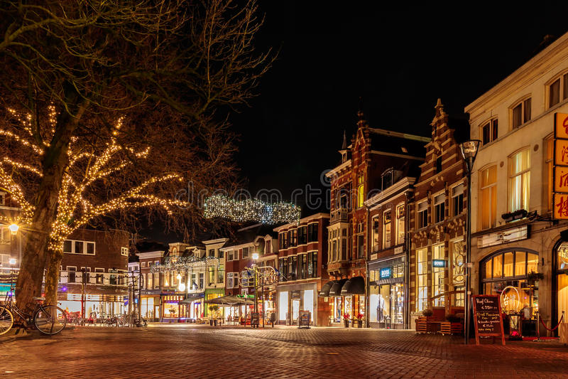 有圣诞节装饰的古老荷兰购物街道在Zwoll 免版税库存图片
