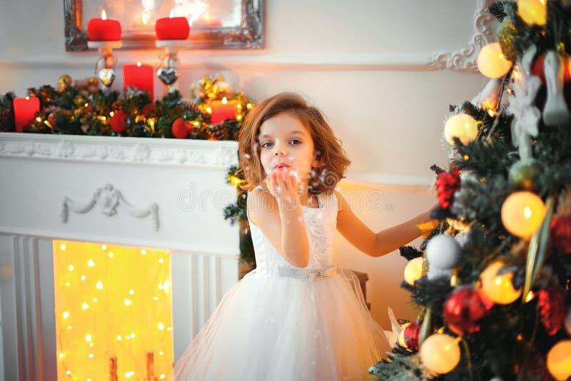 有圣诞节装饰的女孩 图库摄影