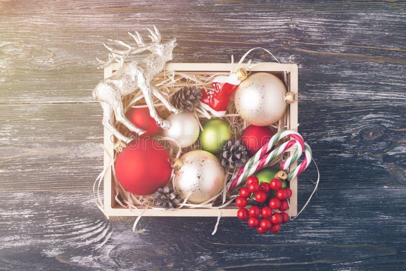 有圣诞节装饰的木箱 免版税库存图片