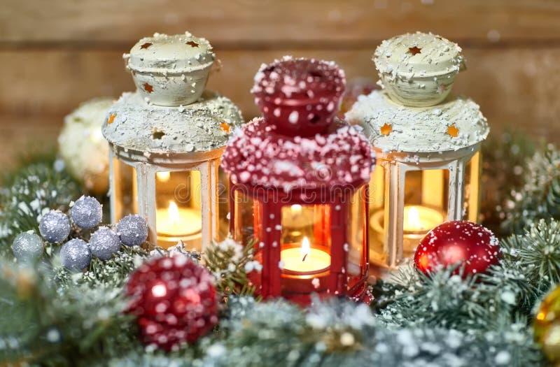 有圣诞节装饰的灼烧的灯笼 免版税库存图片