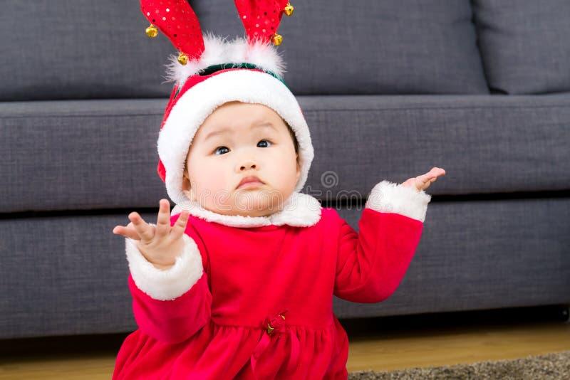 有圣诞节选矿的亚裔女婴 免版税库存照片