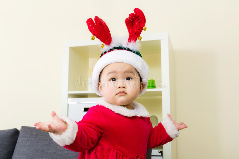 有圣诞节选矿的小女孩 免版税图库摄影