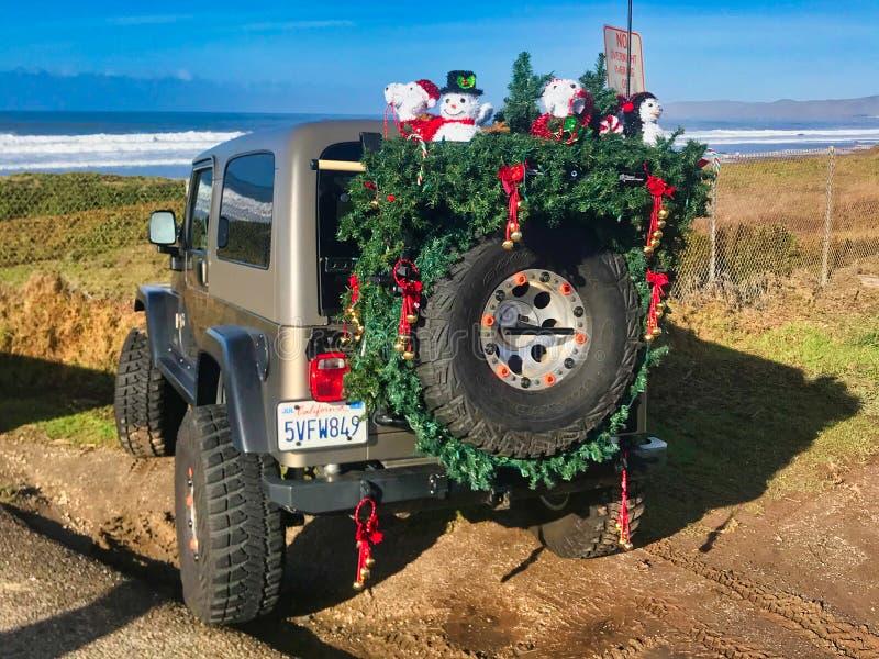 有圣诞装饰的路汽车 库存照片