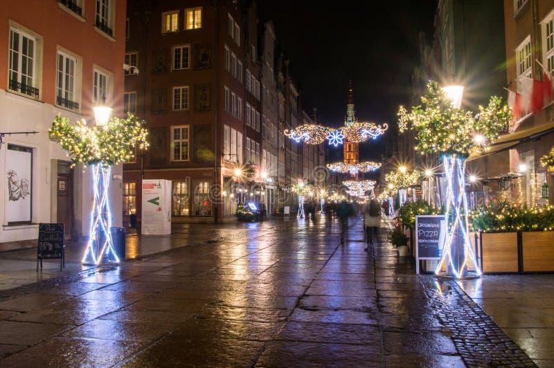 有圣诞装饰的长的街道在老镇格但斯克在晚上 免版税图库摄影