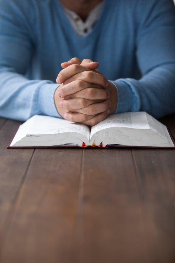 有圣经的人 库存图片