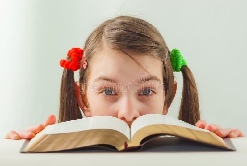有圣经的惊奇的青少年的女孩 免版税图库摄影