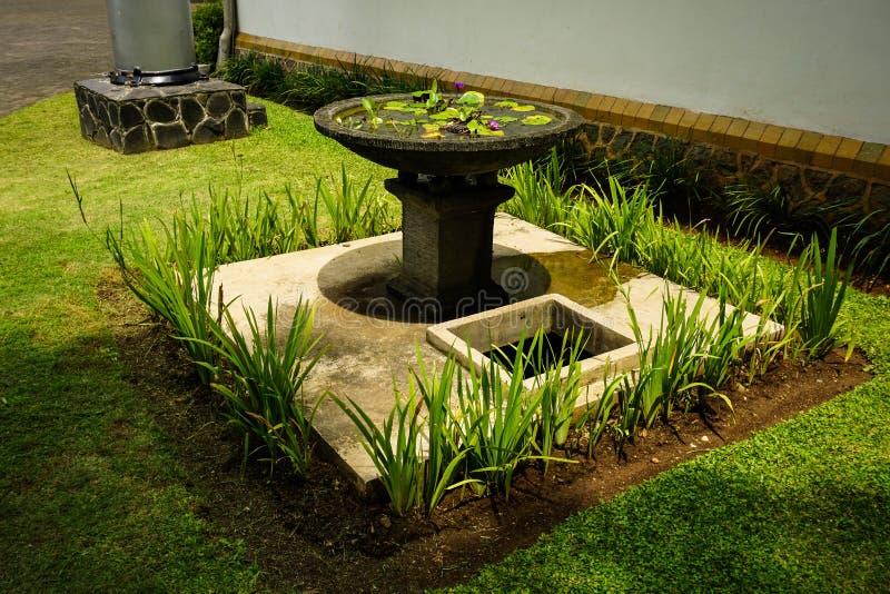 有在三宝垄拍的绿草和喷泉照片的美丽的庭院印度尼西亚 免版税库存照片
