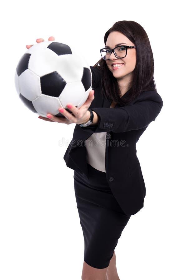 有在丝毫隔绝的足球的愉快的美丽的女商人 免版税库存照片