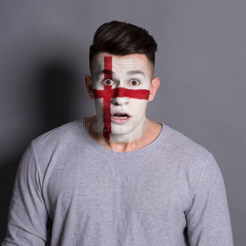 有在他的面孔绘的英国旗子的年轻人 免版税库存图片
