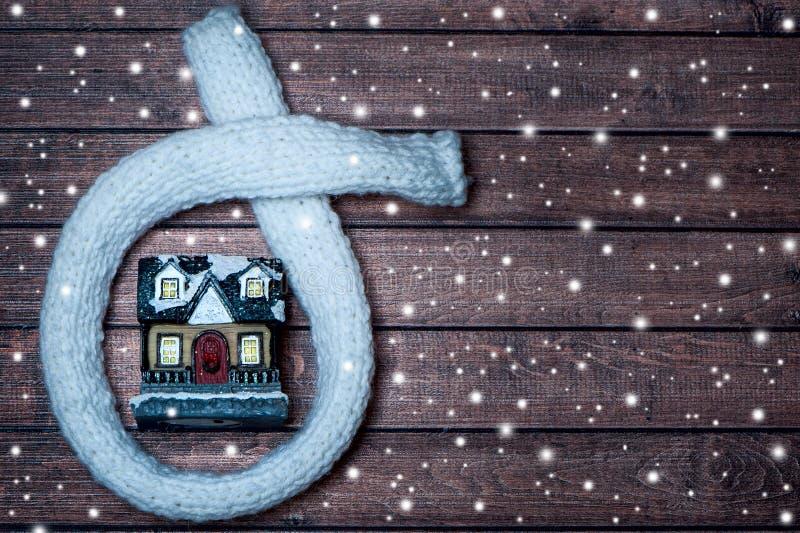 有在围巾包裹的光亮窗口的童话房子, woode 库存照片