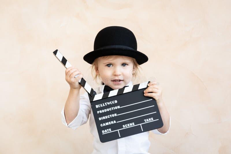 有在家使用的拍板的孩子 免版税库存图片