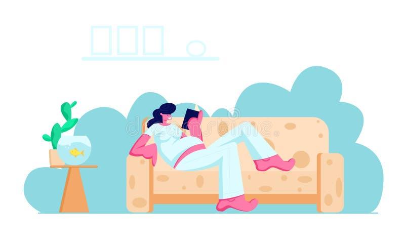 有在家说谎在舒适的沙发看书的大腹部的年轻孕妇 休闲,时间,女孩等待的婴孩 库存例证