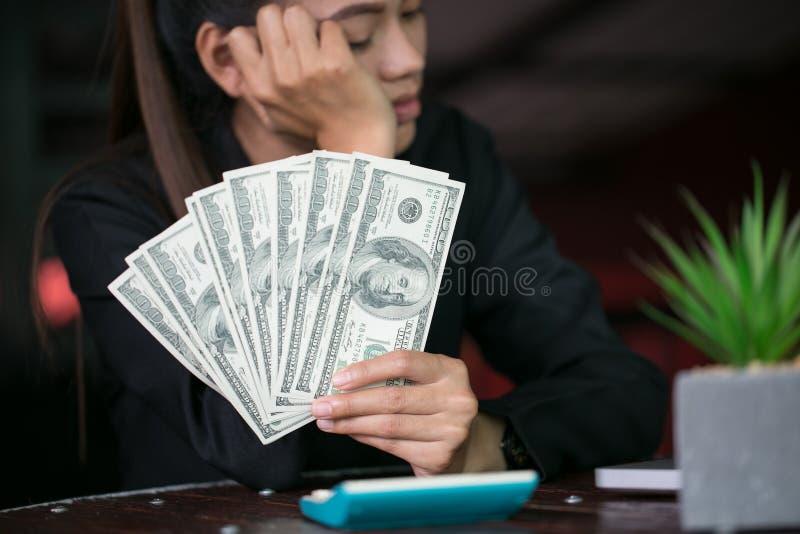 有在手中金钱的女商人,计数的手美元票据 免版税库存图片