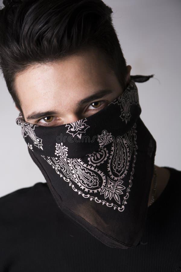 有在方巾后掩藏的他的面孔的人 库存图片