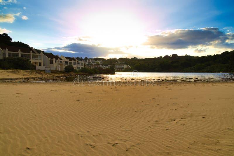 有在日落期间的盐水湖在海滩 免版税库存照片
