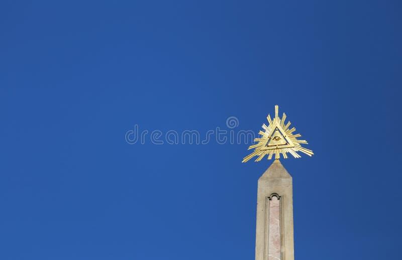 有在是symbo上帝的金黄眼睛的上方尖碑 免版税库存图片