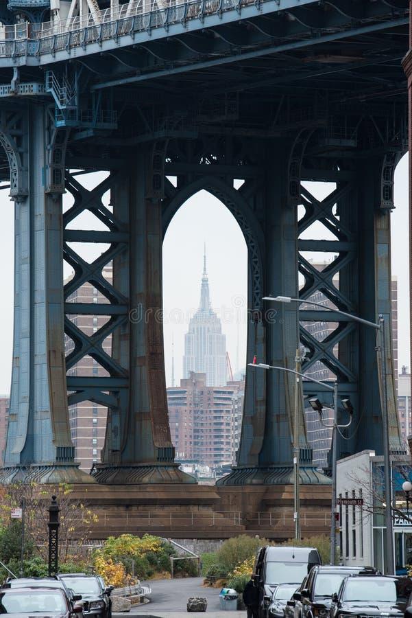 有在曼哈顿上色的帝国大厦的布鲁克林大桥NY 库存图片