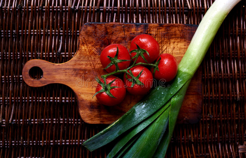 有在桌藤条的新鲜蔬菜 免版税库存照片
