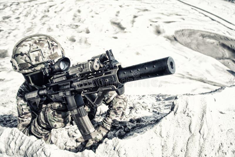 有在沙子的服务马枪的Airsoft射击者 免版税库存照片