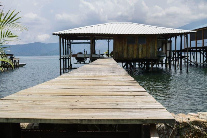 有在海的海岸建造的一个小的房子的木码头 库存照片