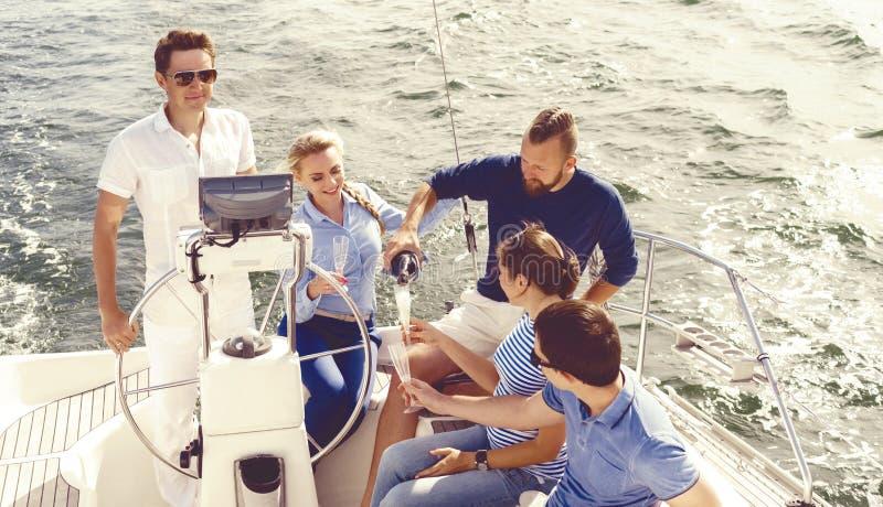 有在游艇的一个党和喝ch的小组愉快的朋友 库存图片