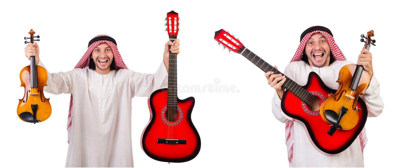 有在白色和吉他的阿拉伯音乐家隔绝的小提琴 免版税库存照片