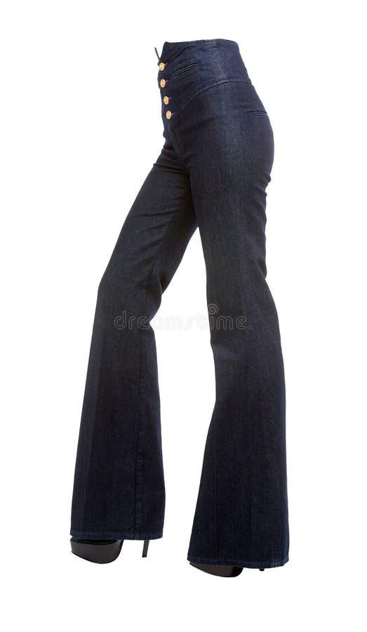 有响铃底部牛仔裤和平台短剑的少妇腿 免版税库存照片