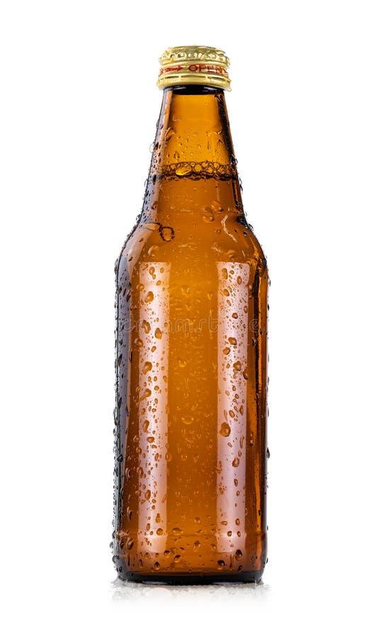 有在白色背景隔绝的凉水小滴的布朗玻璃饮料瓶 免版税库存照片