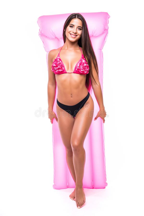 有在白色背景隔绝的桃红色床垫的美女完善的身体 库存照片