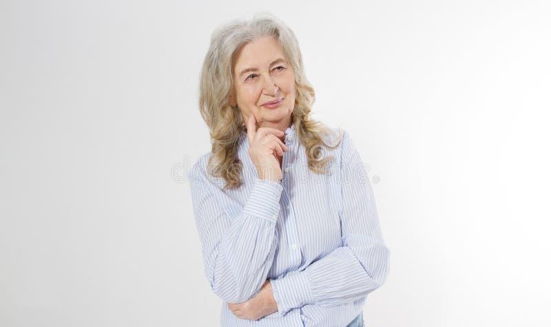 有在白色背景隔绝的横渡的胳膊的愉快的资深妇女 生活生活正面年长的前辈和欧洲老秀丽 免版税库存图片