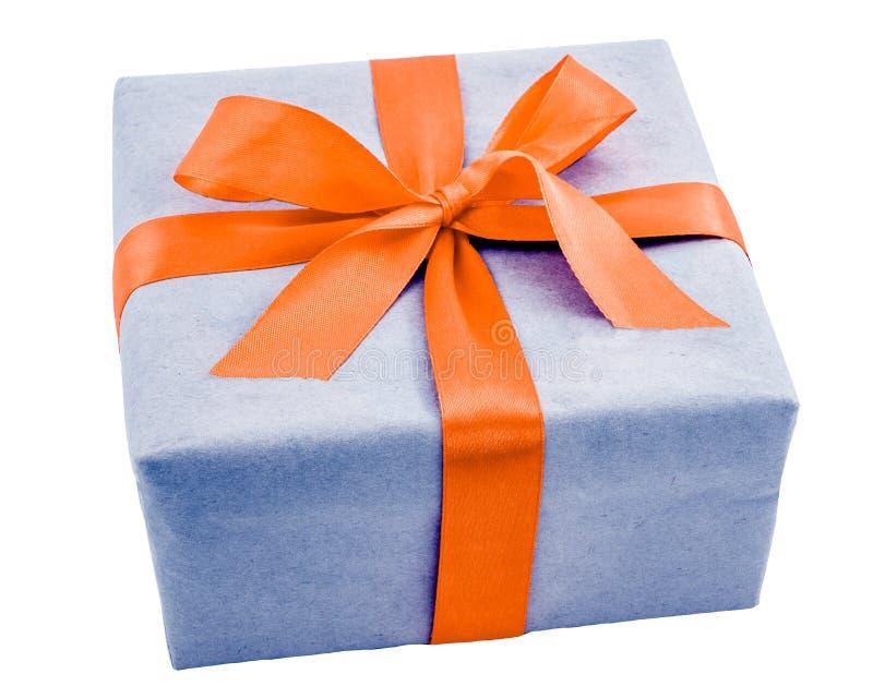 有在白色背景隔绝的橙色丝带弓的蓝色礼物盒 免版税图库摄影