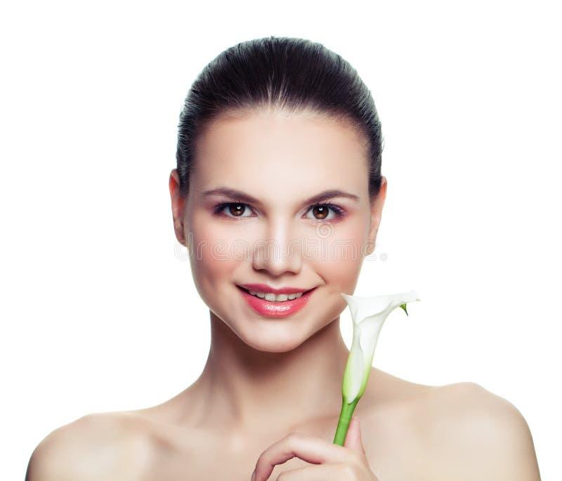 有在白色背景隔绝的水芋百合花的微笑的妇女 免版税库存图片