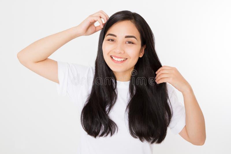 有在白色背景隔绝的深色的健康干净的发光的头发的年轻亚裔妇女 女孩长的发型 复制空间 免版税库存图片