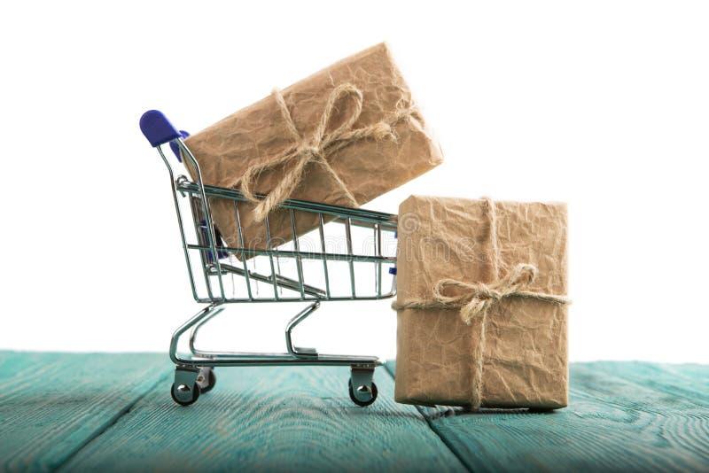 有在白色背景隔绝的礼物盒的购物车 图库摄影