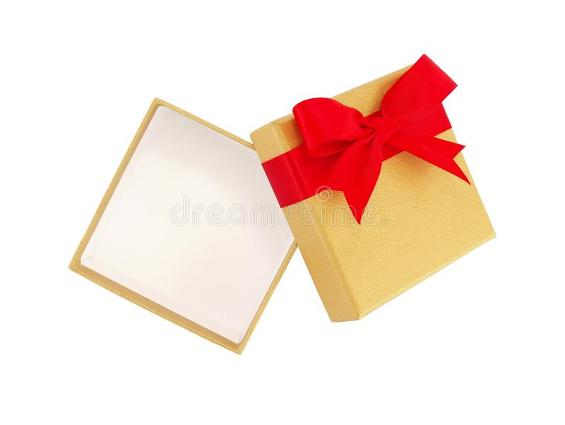 有在白色背景隔绝的红色丝带弓的开放和空的金银铜合金礼物盒 免版税库存照片