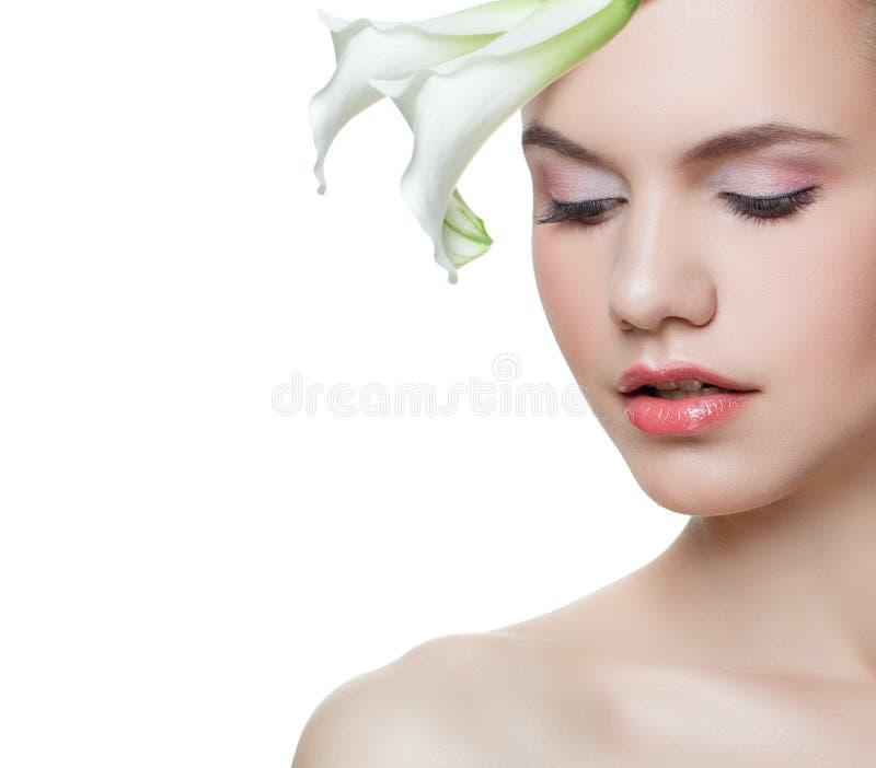 有在白色背景隔绝的花的年轻美女,女性面孔特写镜头,春天画象 库存照片