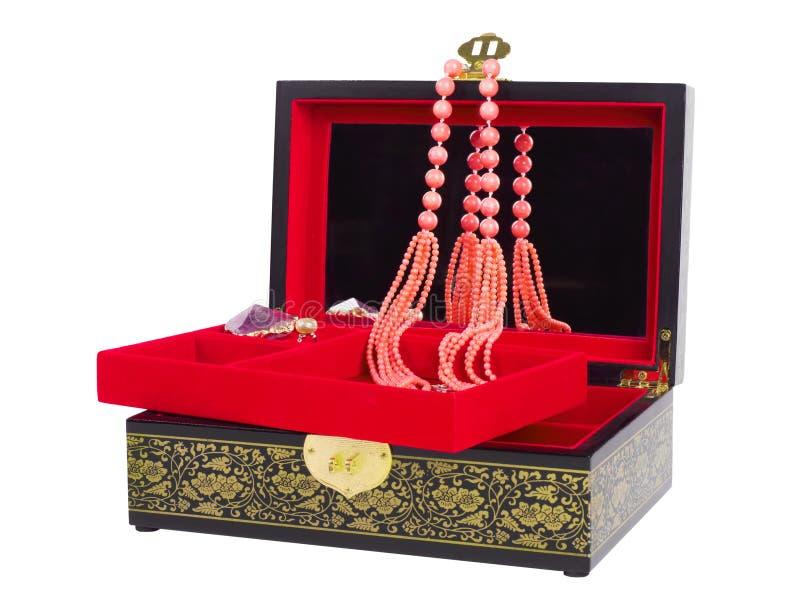 有在白色背景隔绝的珊瑚小珠项链的珠宝箱子 免版税图库摄影
