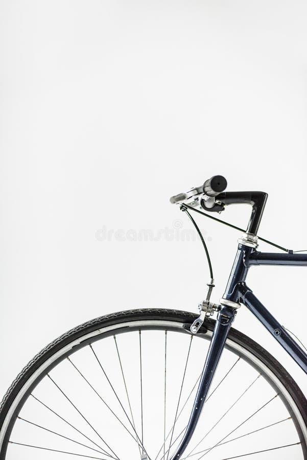 有在白色隔绝的刹车杆的自行车车轮 库存照片