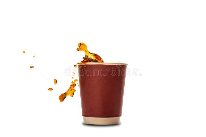 有在白色隔绝的咖啡飞溅的一次性纸杯 免版税库存图片