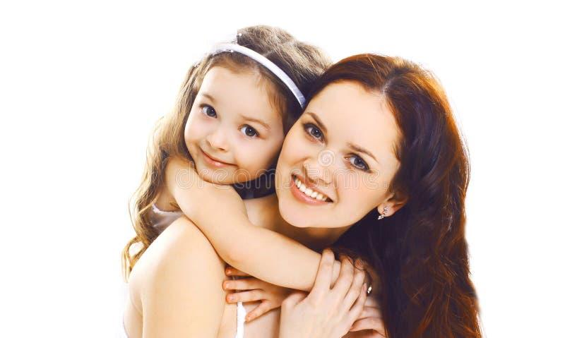 有在白色隔绝的她的小孩女儿的画象特写镜头愉快的微笑的母亲 免版税库存照片