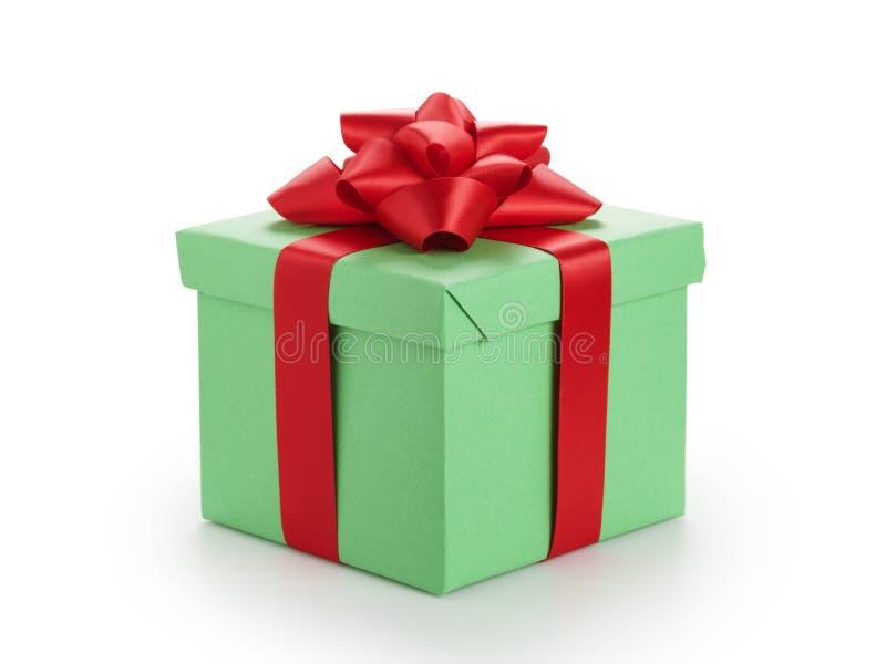有在白色隔绝的红色丝带弓的绿色礼物盒 免版税库存照片