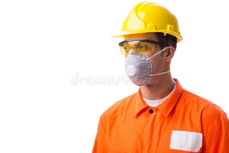 有在白色隔绝的防毒面具的建筑工人 免版税库存图片