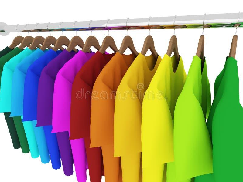 有在白色隔绝的挂衣架的五颜六色的T恤杉 免版税库存图片