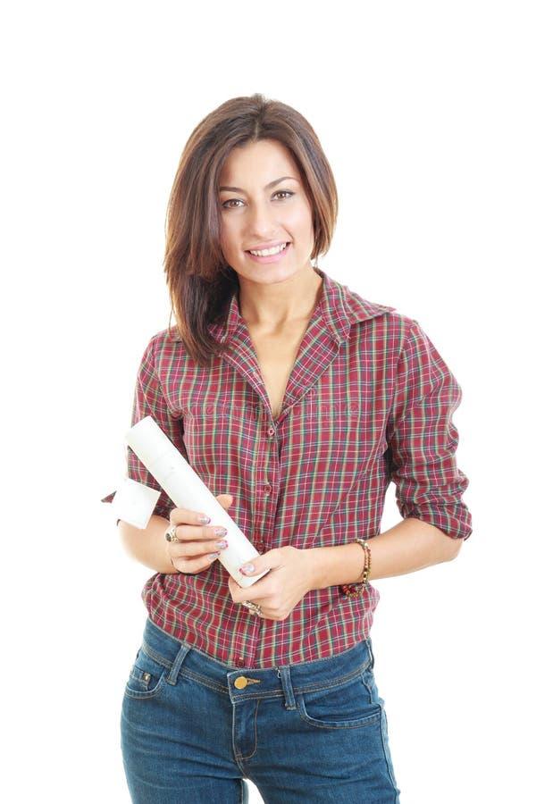 有在白色隔绝的纸卷的愉快的研究生女孩 库存图片
